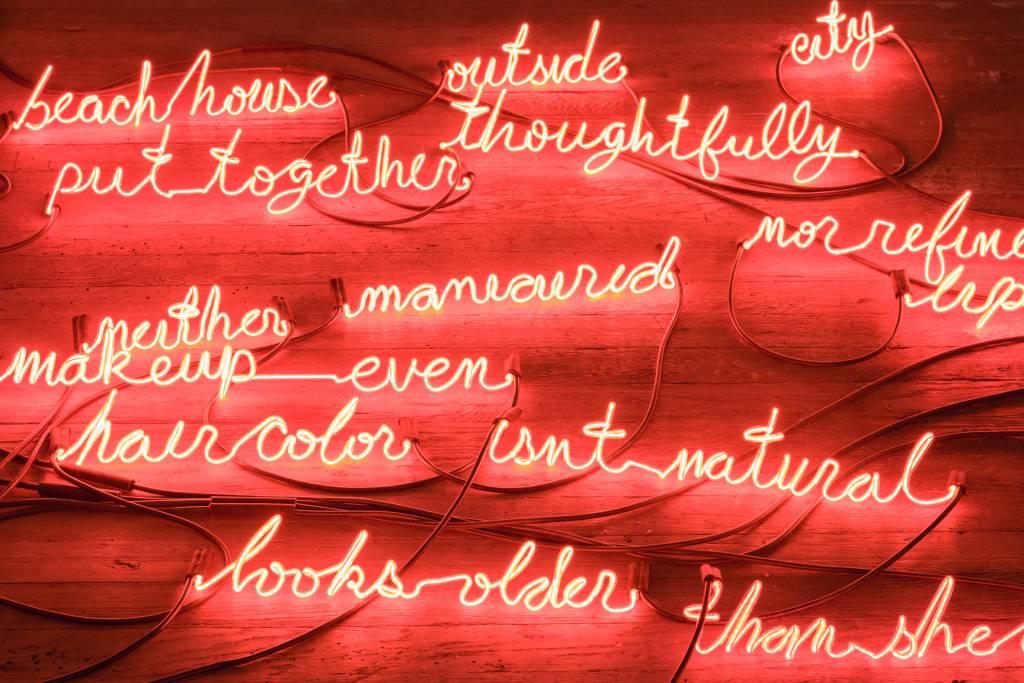 Mensajes en neón en 'I Can Burn Your Face'. Foto: Bridget Donahue