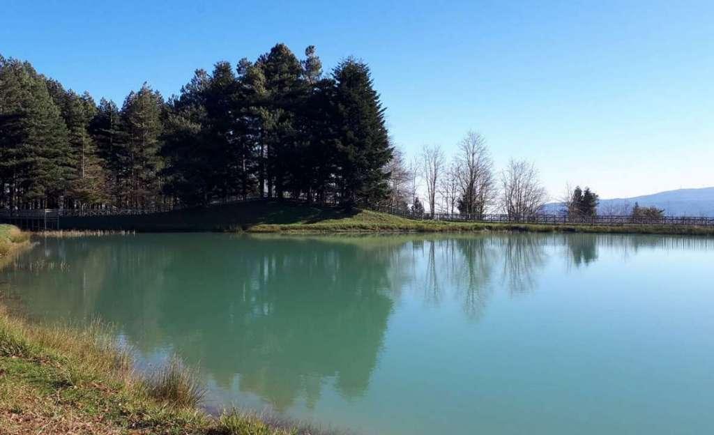 Las aguas del lago Angitola Foto Cammino Kalabria