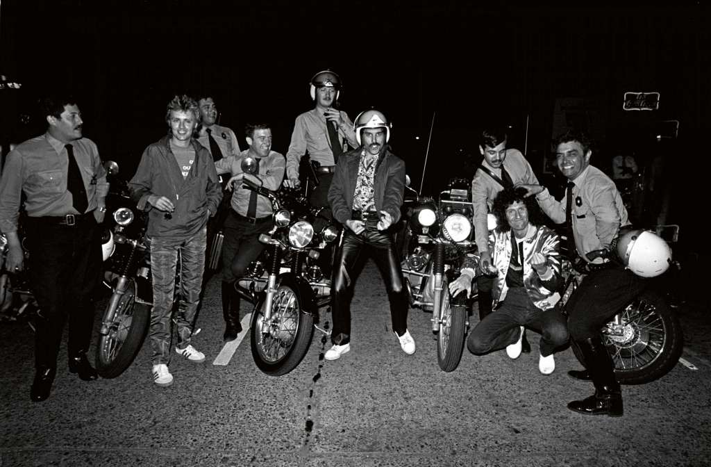 Queen and police escort. South America 1981 Foto Neal Preston - Editorial RAP 12