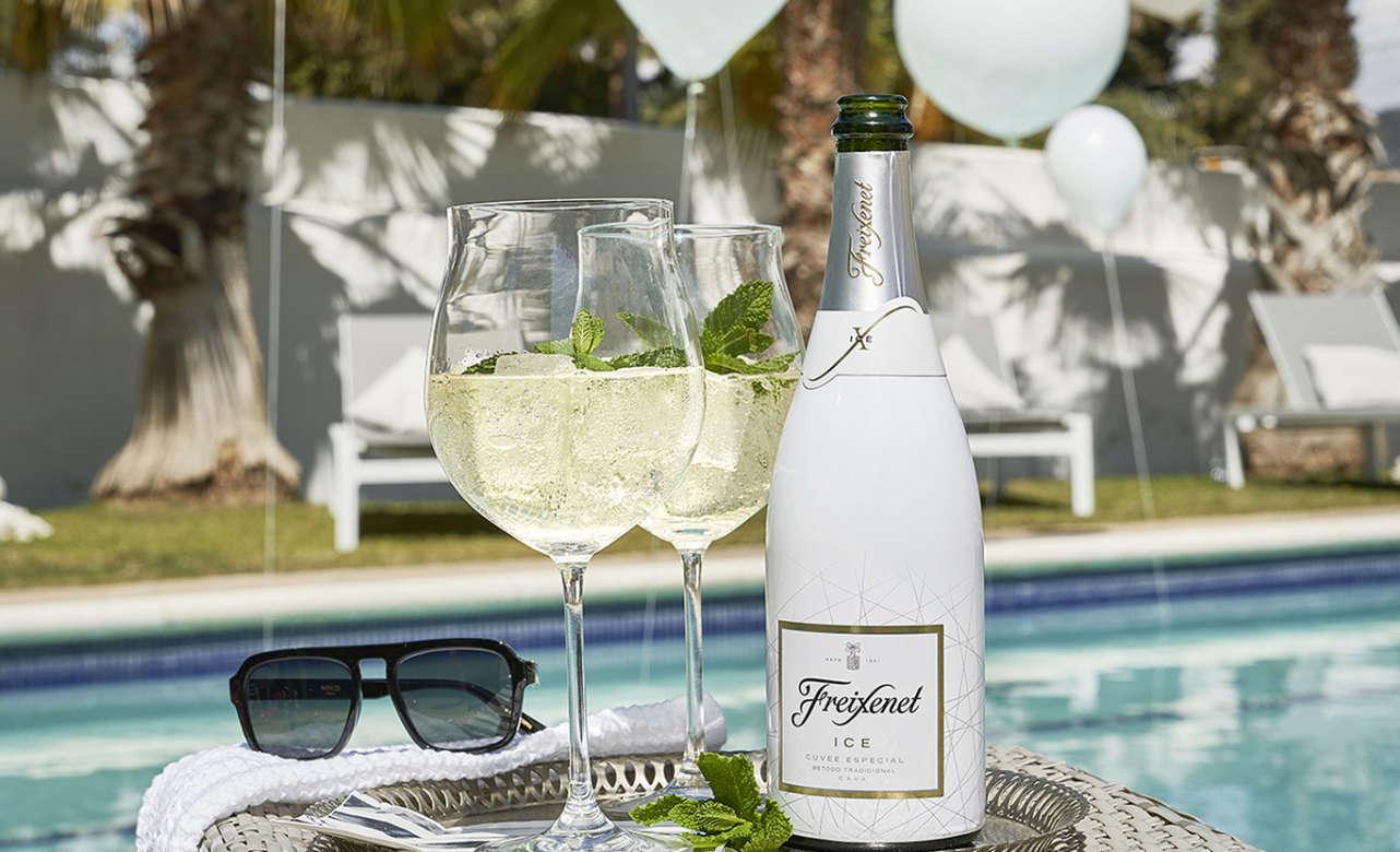 Freixenet ICE y Freixenet ICE Rosé son dos cavas refrescantes y elegantes elaborados específicamente para ser servido en copa balón y con cubitos de hielo.