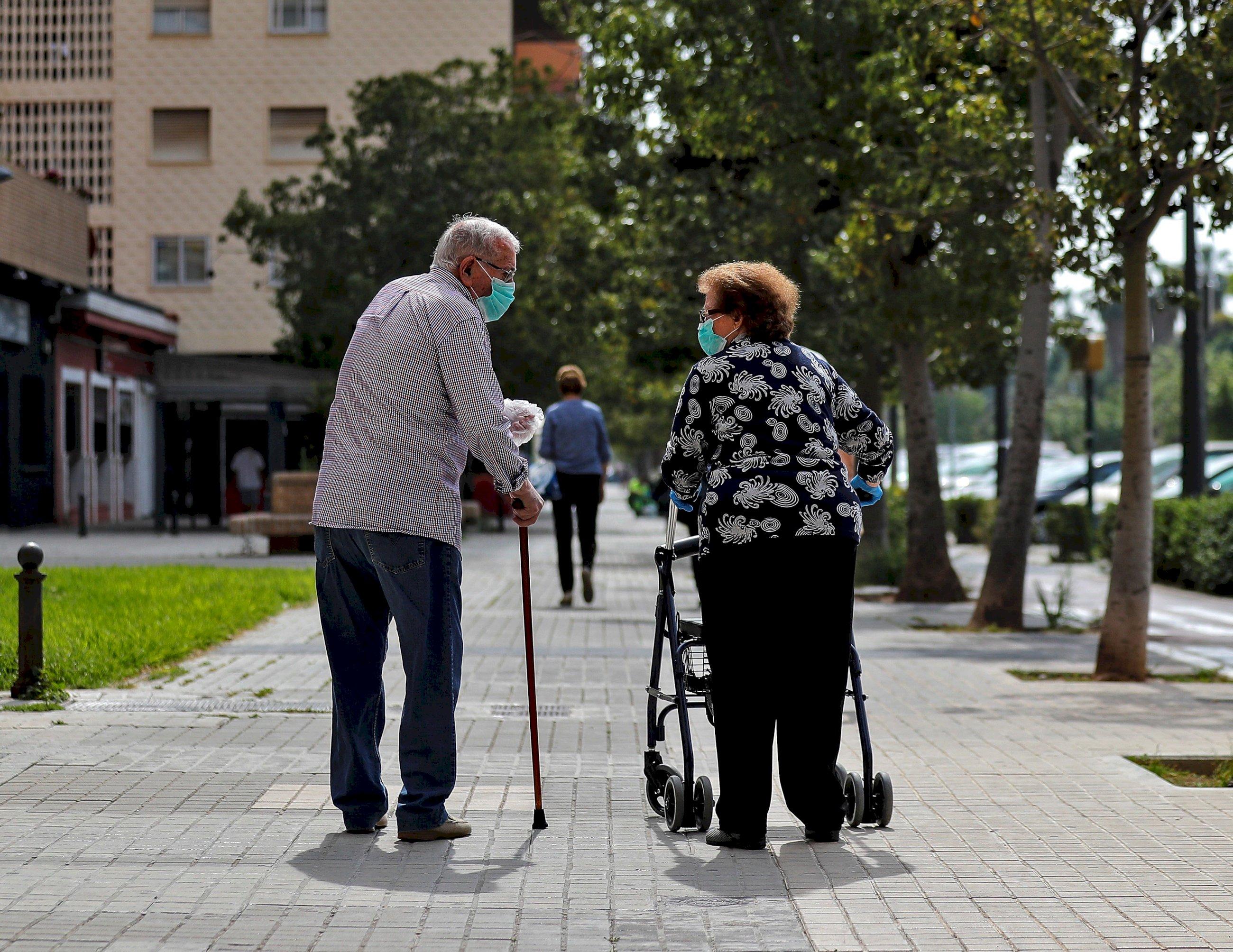 La gente mayor es la más afectada por las muertes por coronavirus, con muchas víctimas en las residencias / EFE