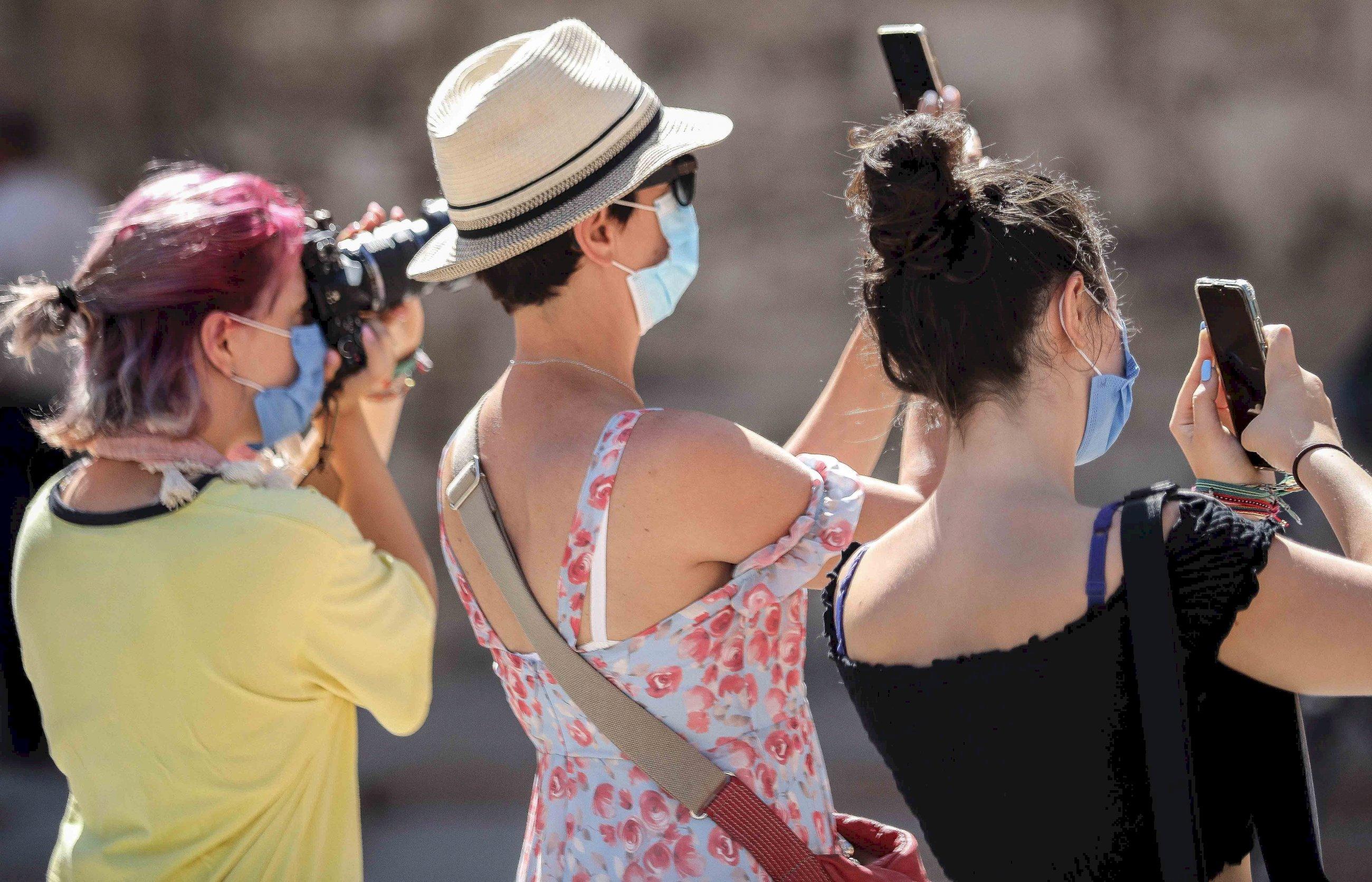 Varias turistas toman fotografías este miércoles en Valencia, en un verano inusual debido a la pandemia provocada por la COVID-19 / EFE