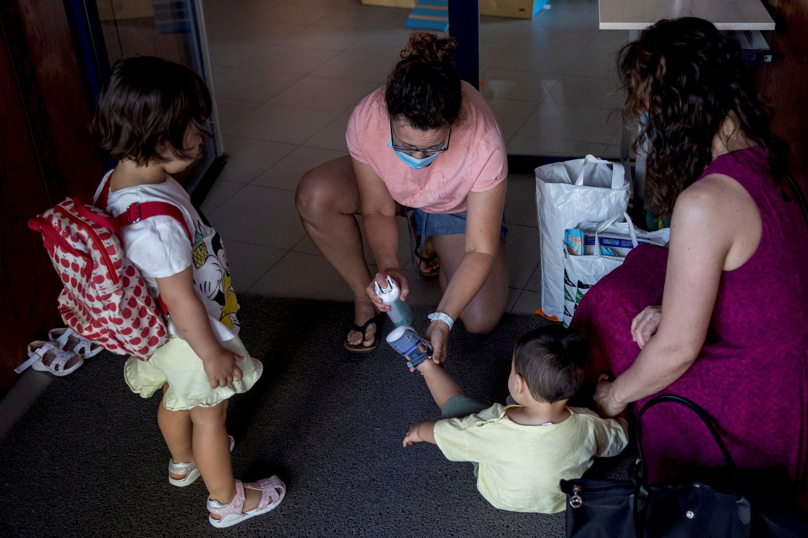 Una profesora aplica gel hidroalcoholico en las manos de un niño durante la reapertura de una escuela infantil. Foto: Efe/ Rodrigo Jiménez/Archivo