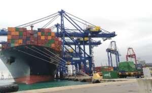 barcos en pleno proceso de estiba en el puerto de valencia