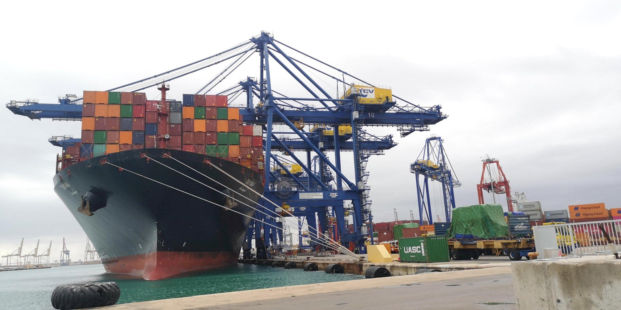 Barco en pleno proceso de estiba en el Puerto de Valencia.