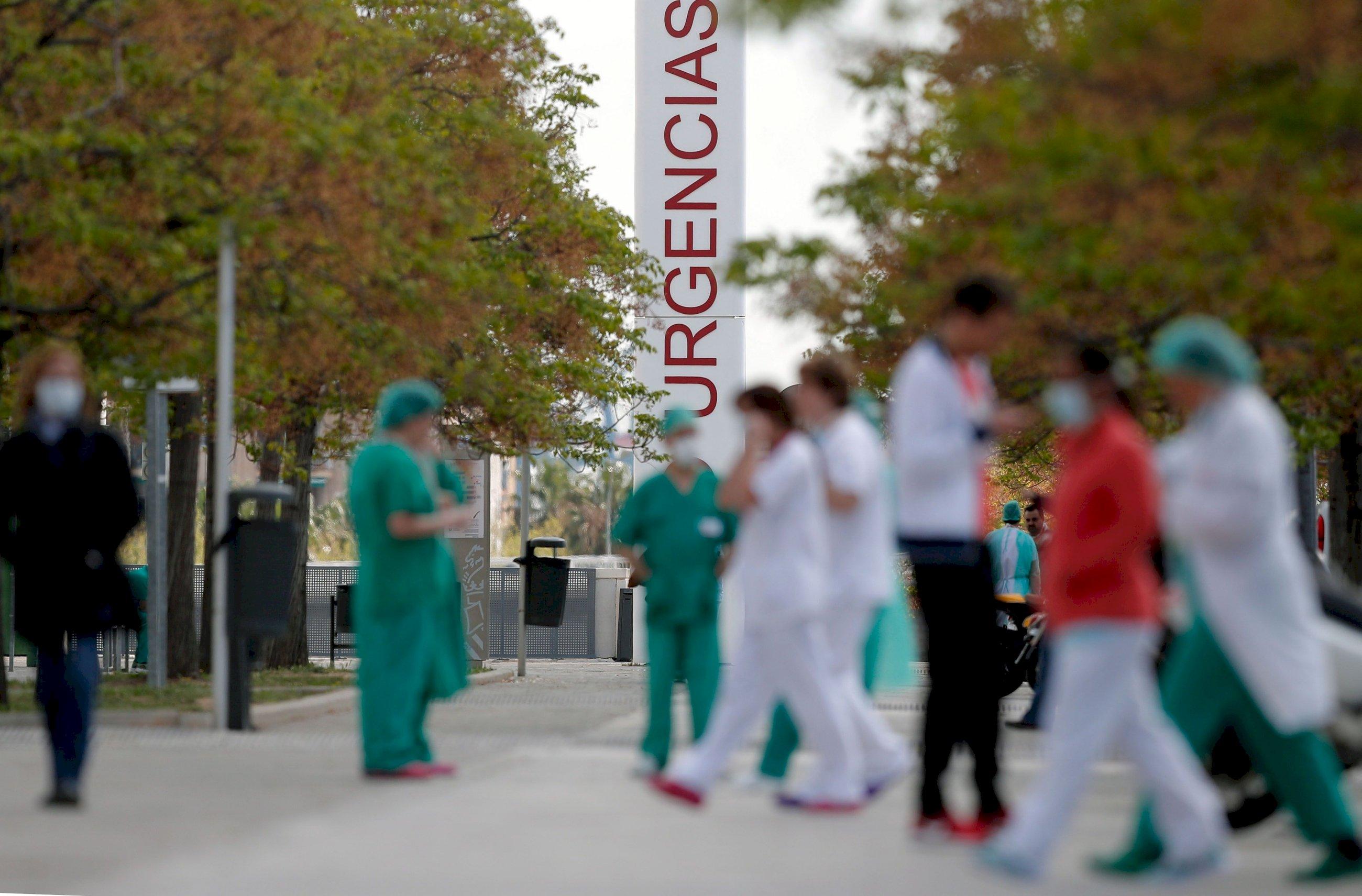 Trabajadores sanitarios del hospital La Fé de Valencia, en un momento de descanso en el duodécimo día del estado de alarma decretado por el Gobierno.EFE/ Kai Försterling