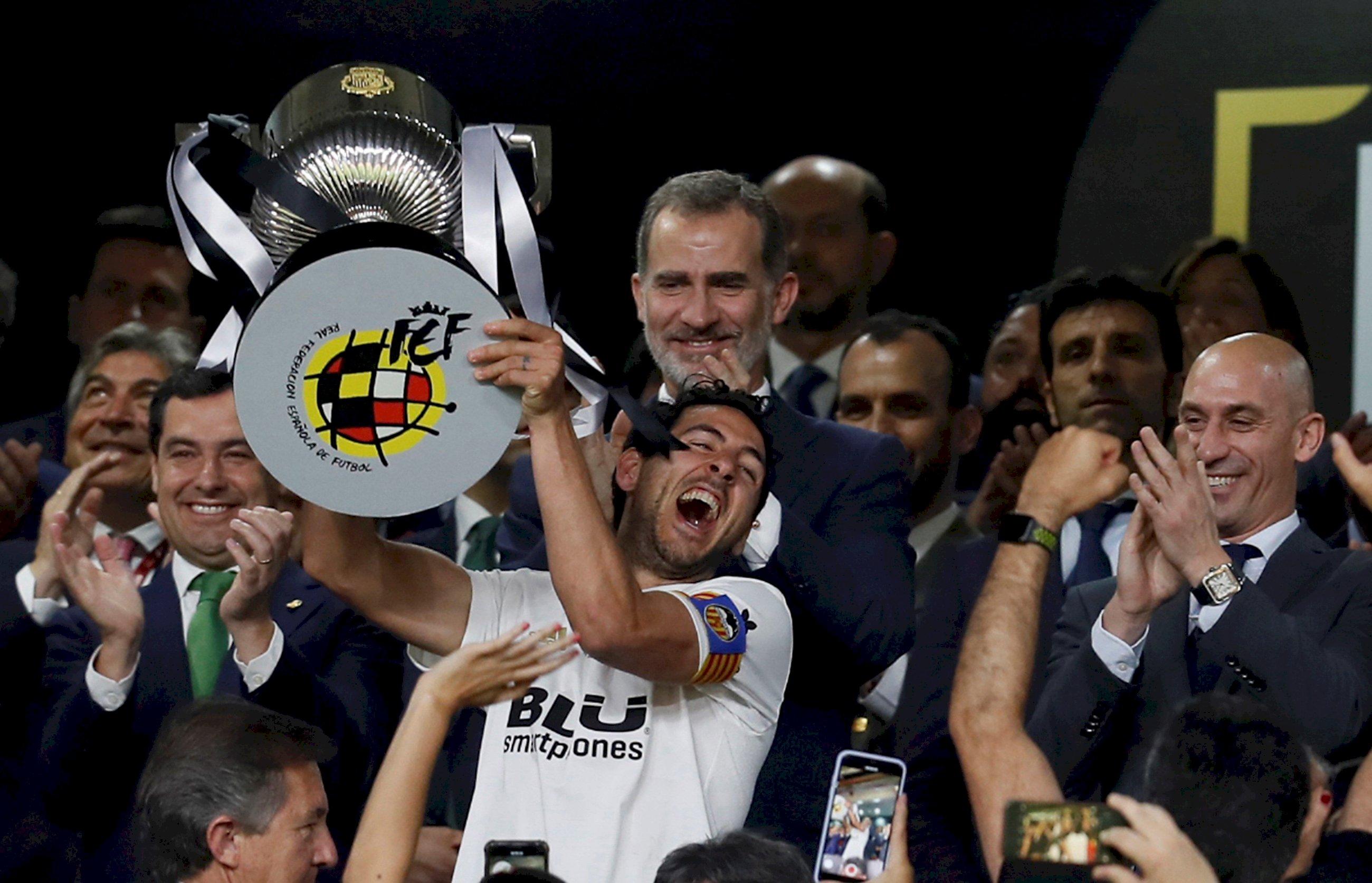 Dani Parejo levantando la Copa del Rey. EFE.