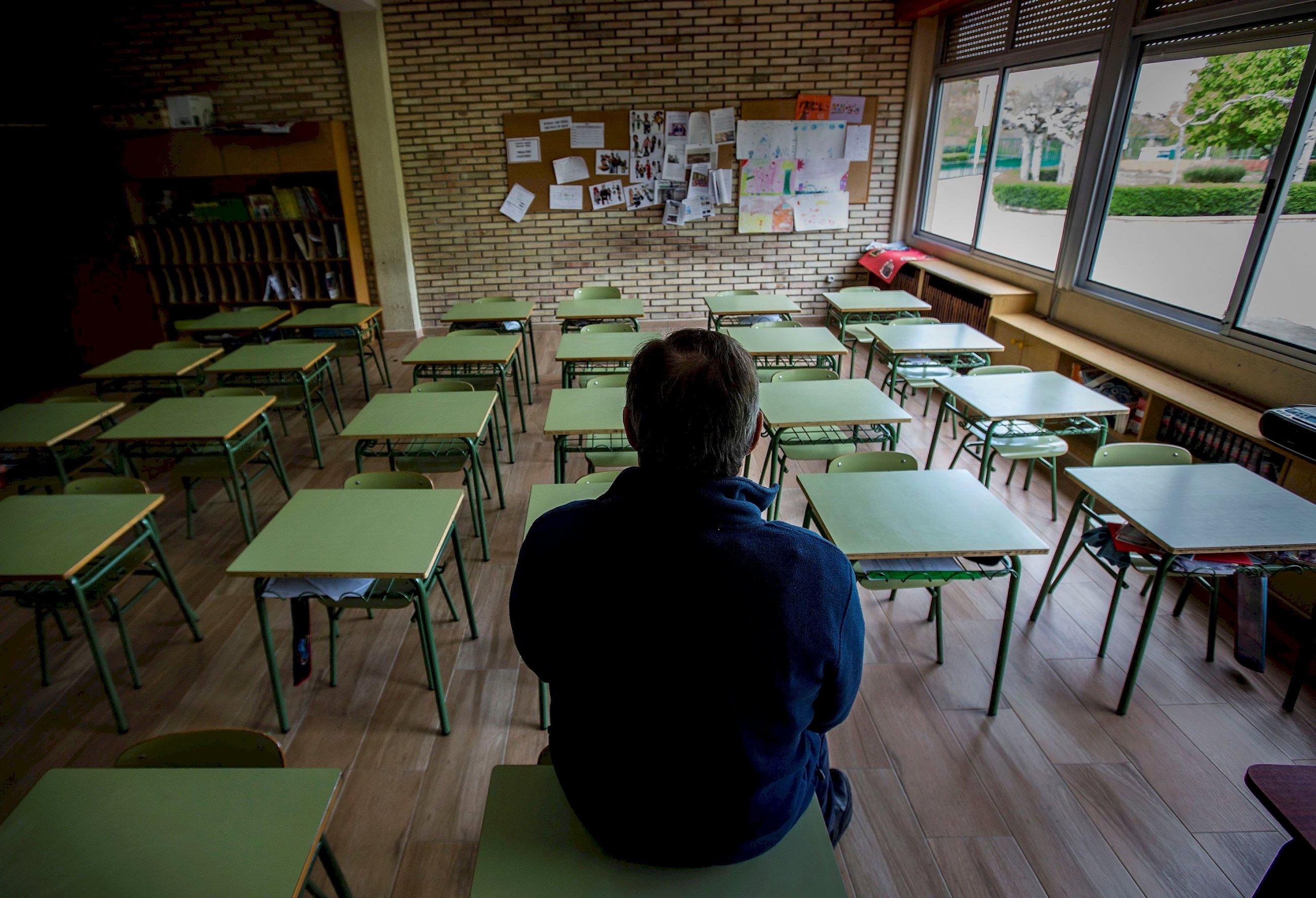 Un profesor en una clase vacía de un colegio de Aranda de Duero (Burgos). Foto: Efe/ Paco Santamaria/Archivo