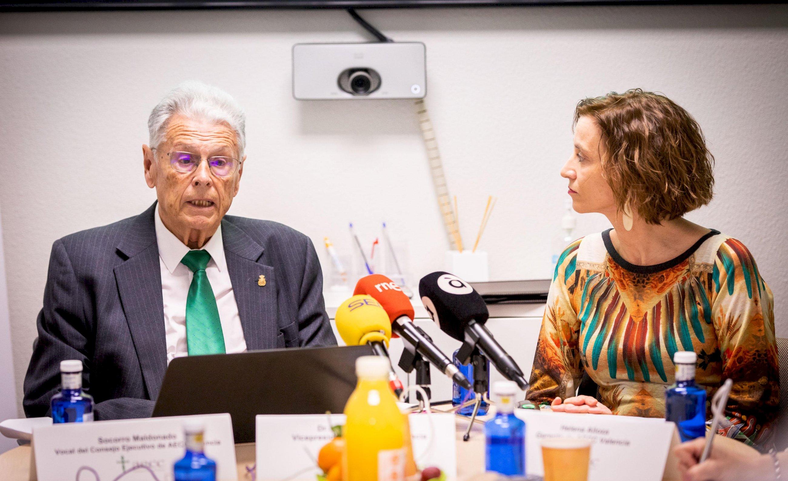 El dr. Antonio Llombart, vicepresidente de AECC, y Helena Alloza, gerente de la entidad