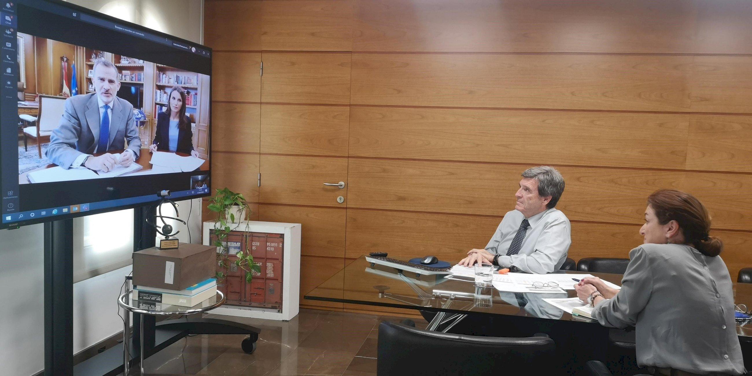 El Rey Felipe VI y Doña Leticia, en videoconferencia con el presidente de la APV, Aurelio Martínez, y su jefa de gabinete, Marta Villalonga.