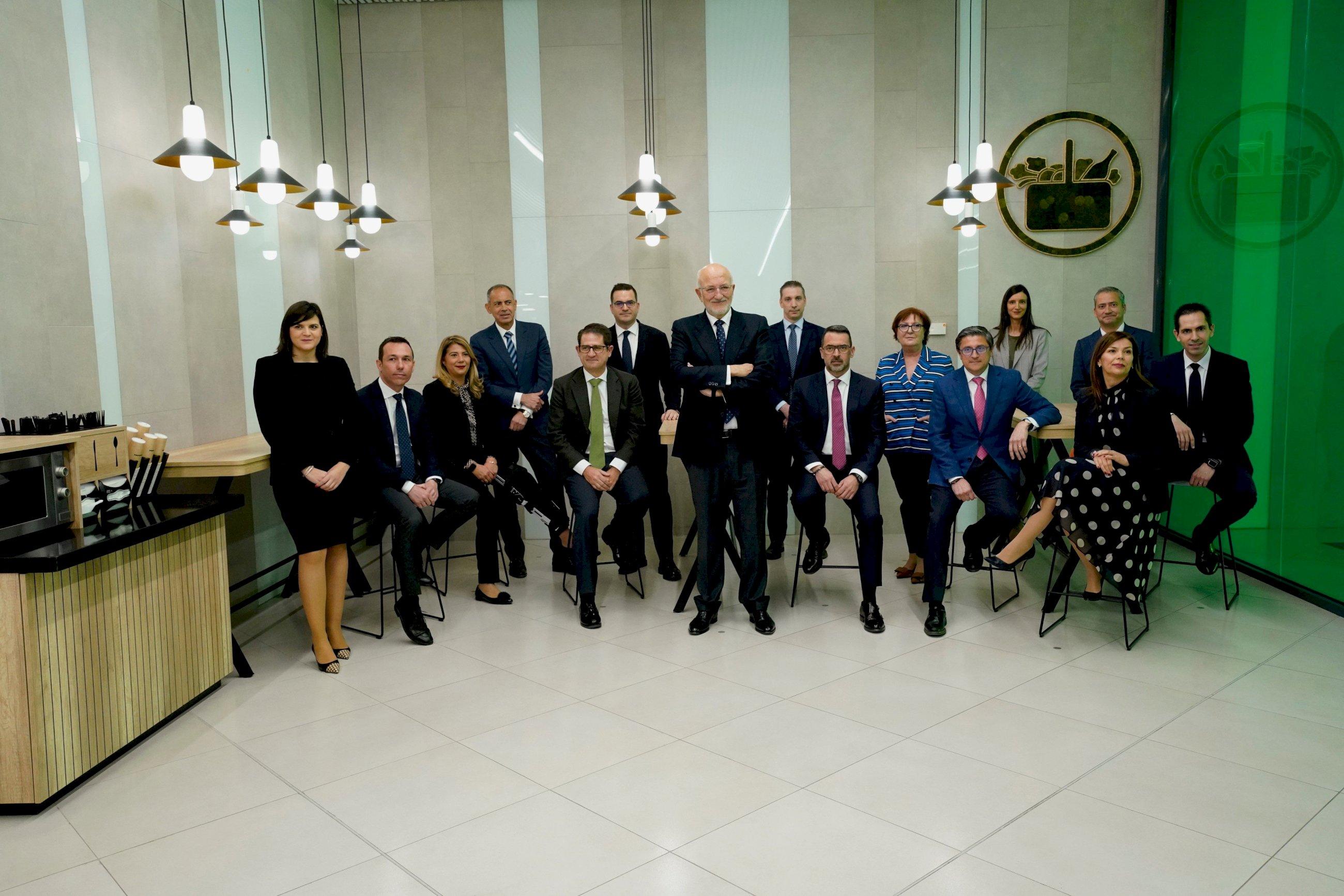 juan roig y miembros del comite de direccion de merrcadona en la zona de mesa sy