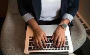 mujer trabaja con el ordenador