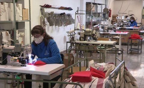 Mujeres cosiendo en una empresa de La Pobla de Vallbona.