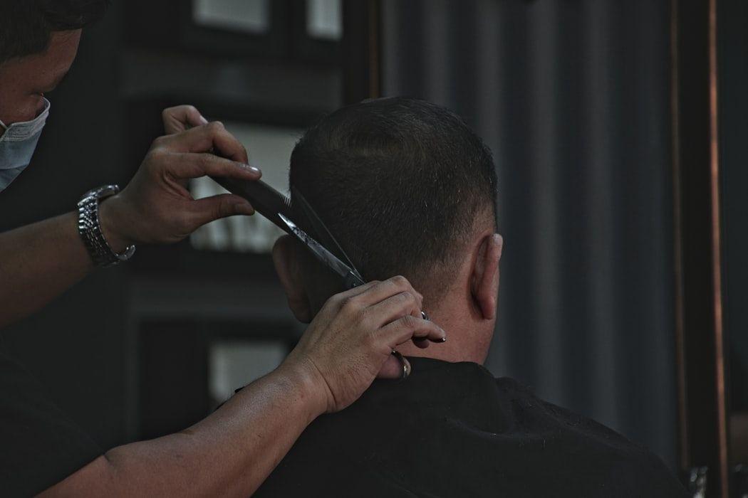 peluquero cortando el pelo