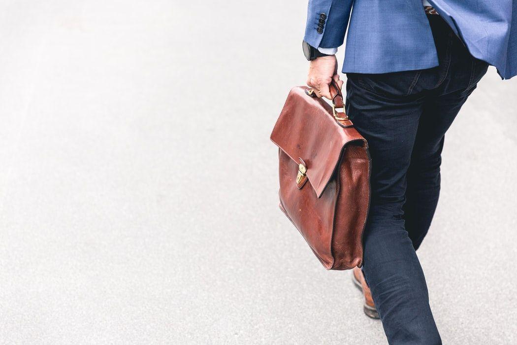 persona de camino al trabajo