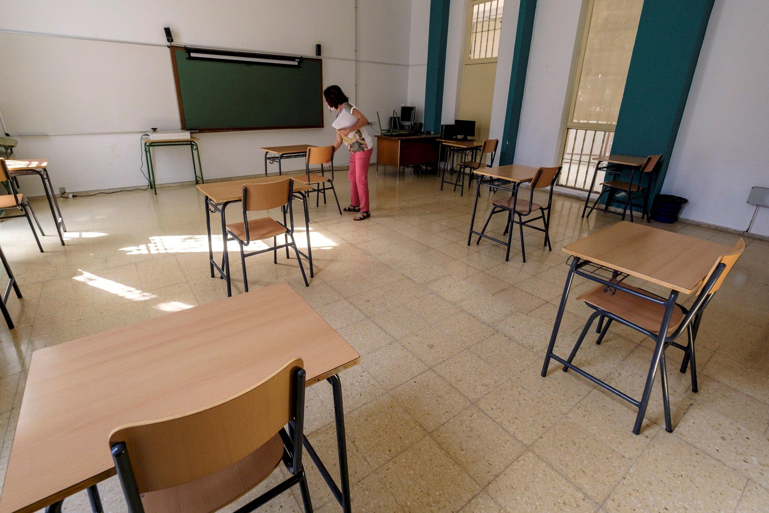 Separación de las mesas en un colegio. EFE.