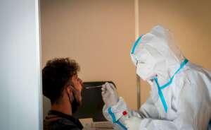 un pasajero se somete a un test de deteccion del coronavirus en el aeropuerto de 1