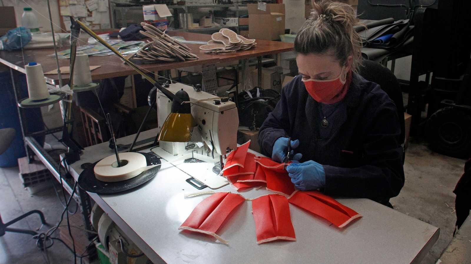 una trabajadoras de la zapatera for shoes de san vicente del raspeig cose unas m