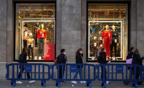 Una tienda de Zara durante las primeras compras navideñas / EFE