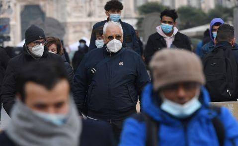 Personas pasean con mascarilla por el centro de Milán (Italia) / EFE