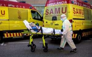Un sanitarios con equipo de protección especial para evitar contagios de coronavirus, traslada a un paciente de una ambulancia a urgencias del Hospital Clínico de València / EFE