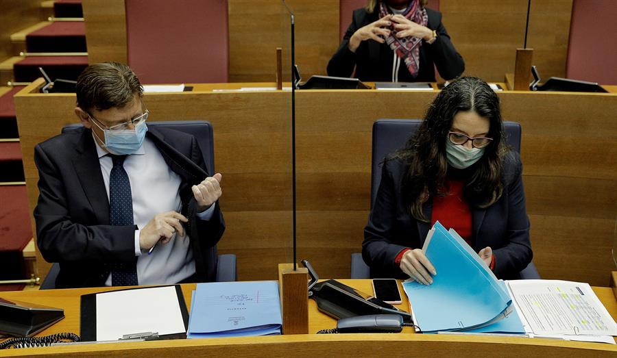El president de la Generalitat, Ximo Puig, y la vicepresidenta Mónica Oltra, durante el pleno de Les Corts. EFE/Manuel Burque