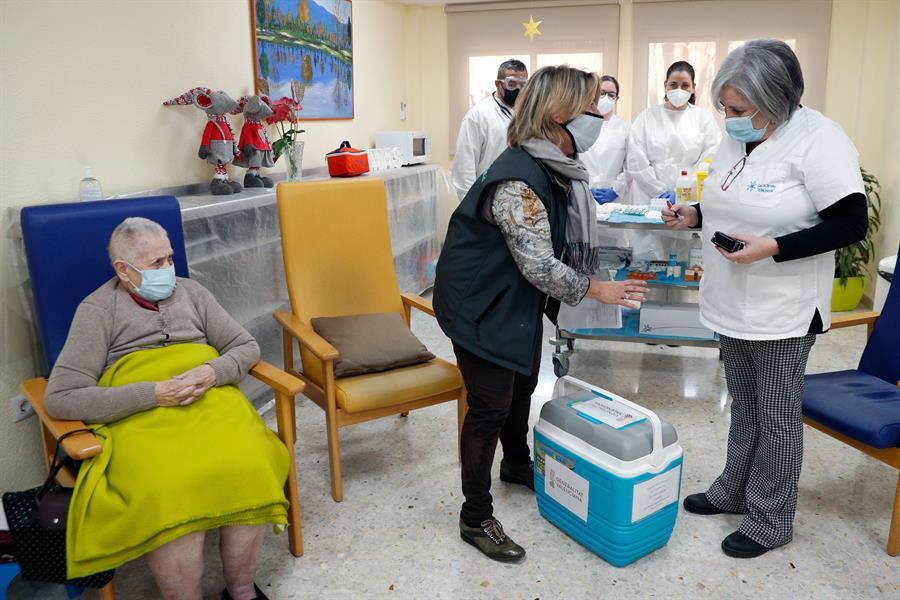 Una anciana de la residencia Casa Retino El Salvador, en Torrent (Valencia), espera a ser vacunada contra el Covid-19, hoy domingo 27 de Diciembre. EFE/Kai Försterling