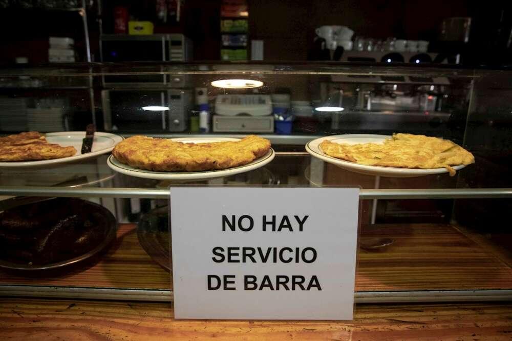 Un cartel indica la prohibición de consumir en la barra de un bar de València. EFE/Biel Aliño/Archivo