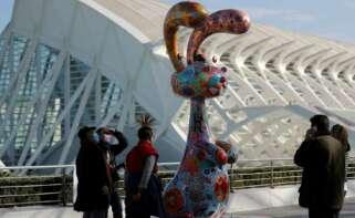 Turistas con mascarilla en la Ciudad de las Artes y las Ciencias de Valencia. EFE/MANUEL BRUQUE