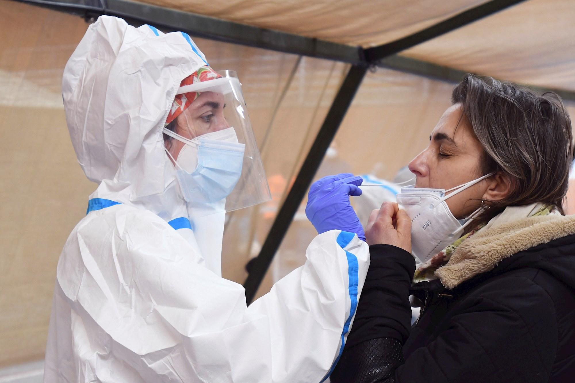Personal sanitario realiza una prueba PCR durante la tercera oleada de casos que ha disparado todos los indicadores en la Comunidad Valenciana. EFE/J. Casares