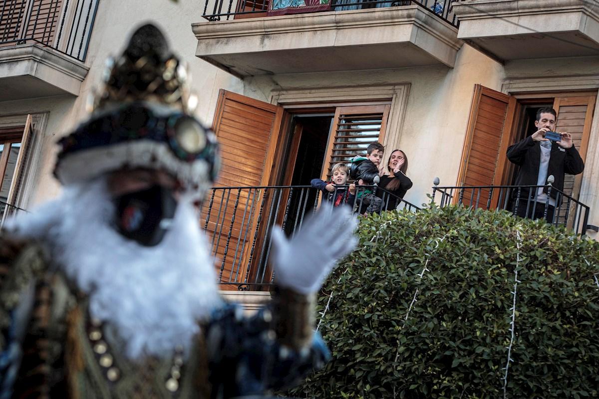 La polémica cabalgata en Valencia provoca un entrentamiento entre el Gobierno local y el autonómico mientras que la oposición pide la dimisión del concejal de fiestas y exige responsabilidades./ EFE