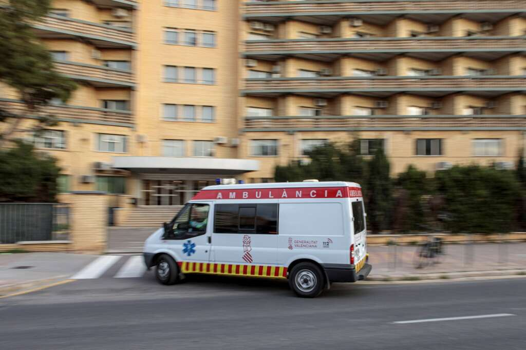 Una ambulancia llega al antiguo Hospital La Fe de València. EFE/Biel Alino