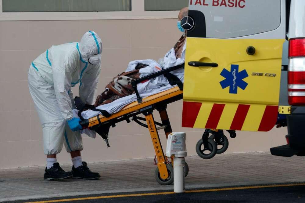 Un sanitario traslada a un enfermo en el Hospital Clínico de Valencia. EFE/ Kai Försterling