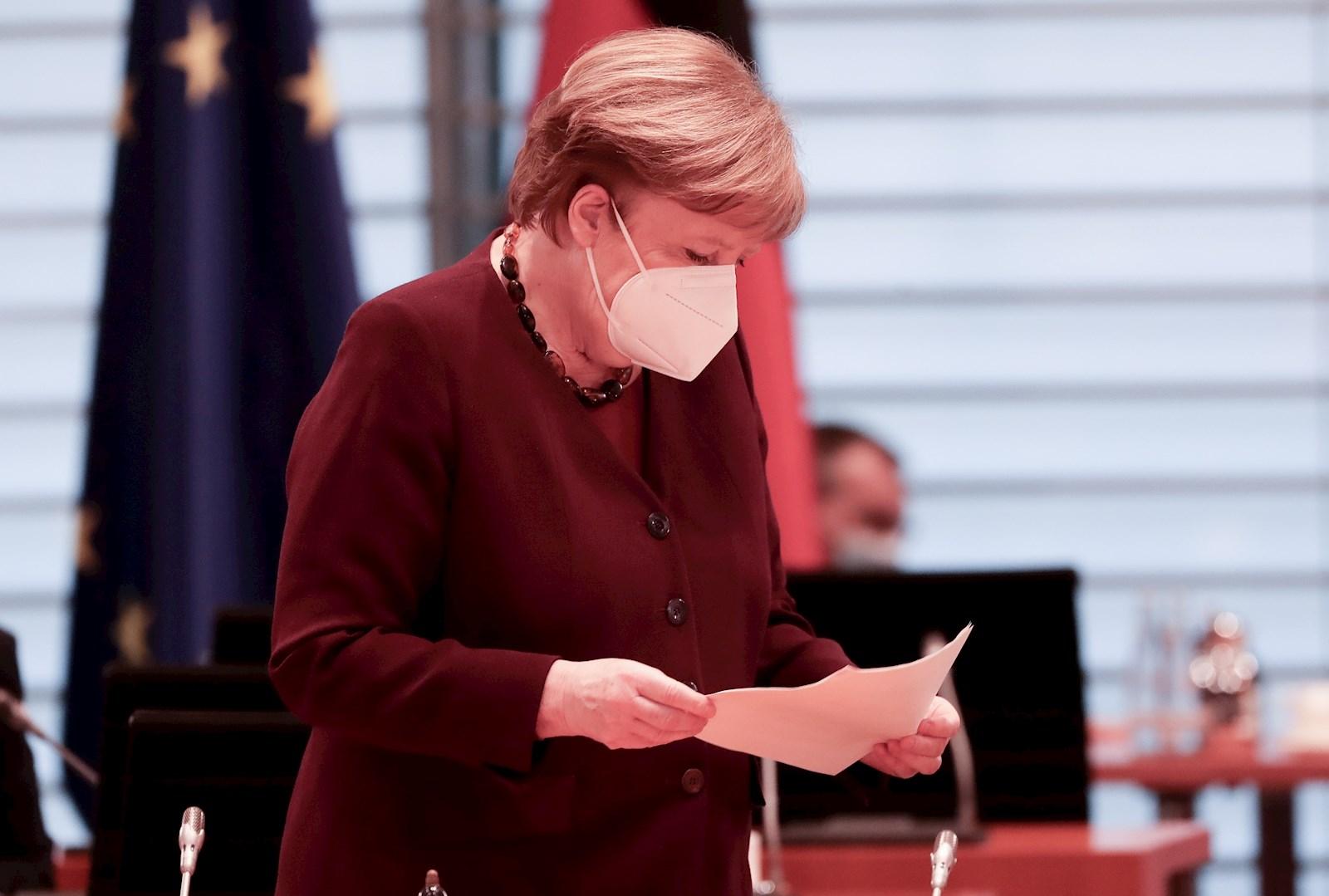 La canciller alemana Angela Merkel lleva una mascarilla mientras asiste a la reunión semanal del gabinete federal alemán en la sala de conferencias de la Cancillería en Berlín. EFE