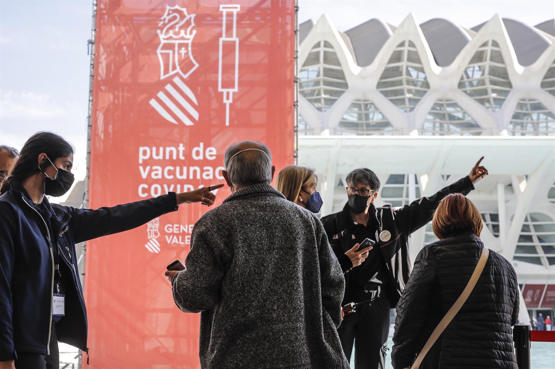 Archivo - Proceso de vacunación masiva contra el coronavirus en la Ciutat de les Arts i les Ciències - ROBER SOLSONA/ EUROPA PRESS - Archivo