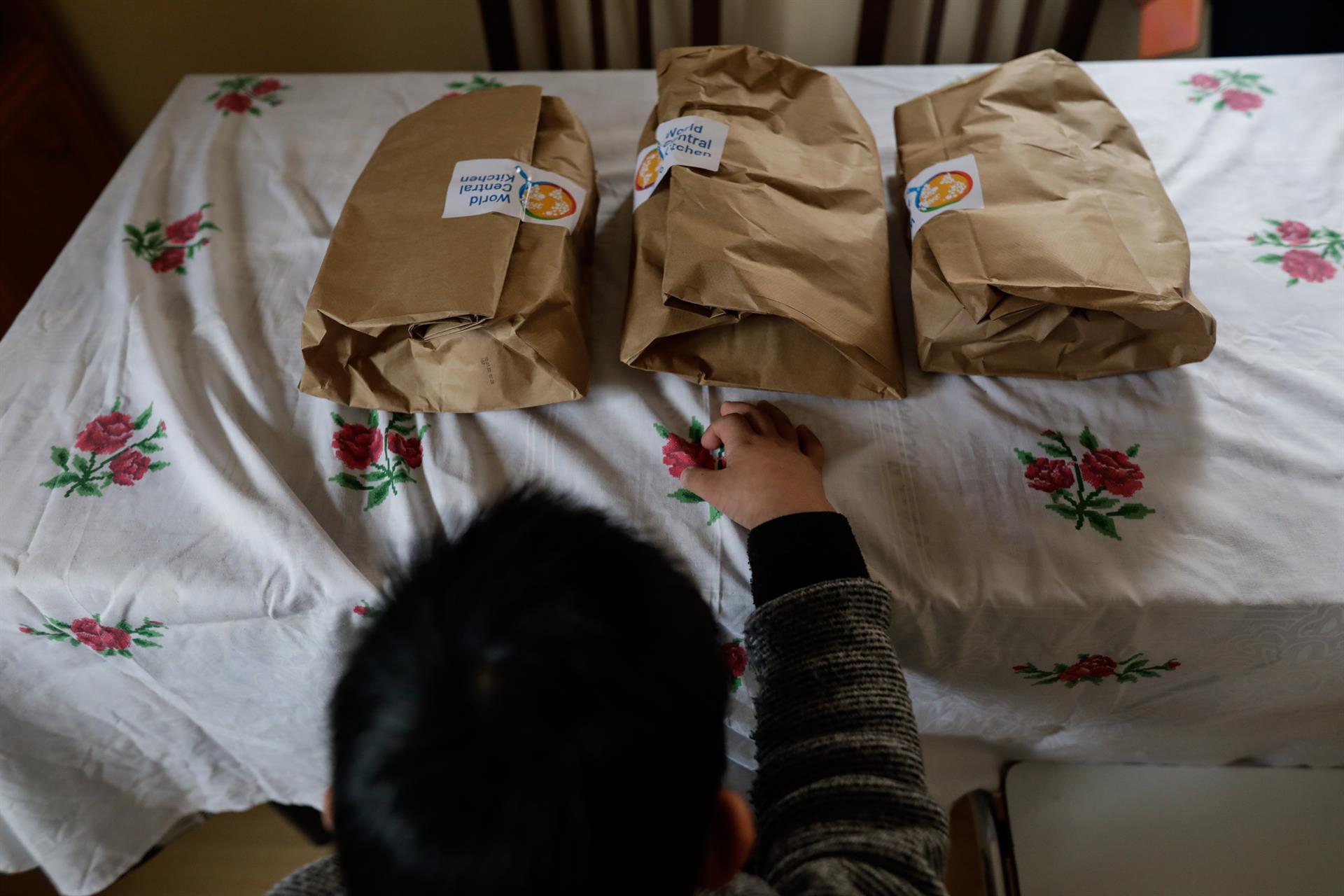 n niño durante la comida en su casa momentos antes de abrir el menú de la ONG del chef José Andrés, que reparte a las familias más necesitadas durante el estado de alarma provocado por el coronavirus (archivo). - Jesús Hellín - Europa Press - Archivo