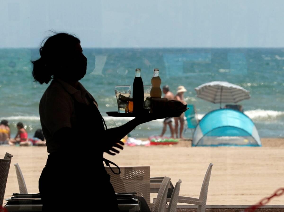 no faltan camareros faltan soldadores este es el empleo que creara espana este verano