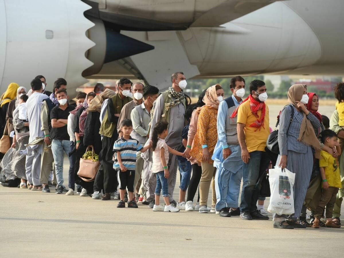 despliegue de ministros para recibir a los ultimos 260 afganos evacuados por espana