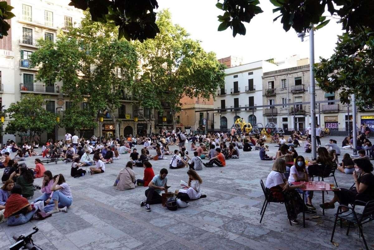 Una multitud de jóvenes toma cervezas en la plaza del Sol del barrio de Gracia de Barcelona. /EFE/ Alejandro García/Archivo
