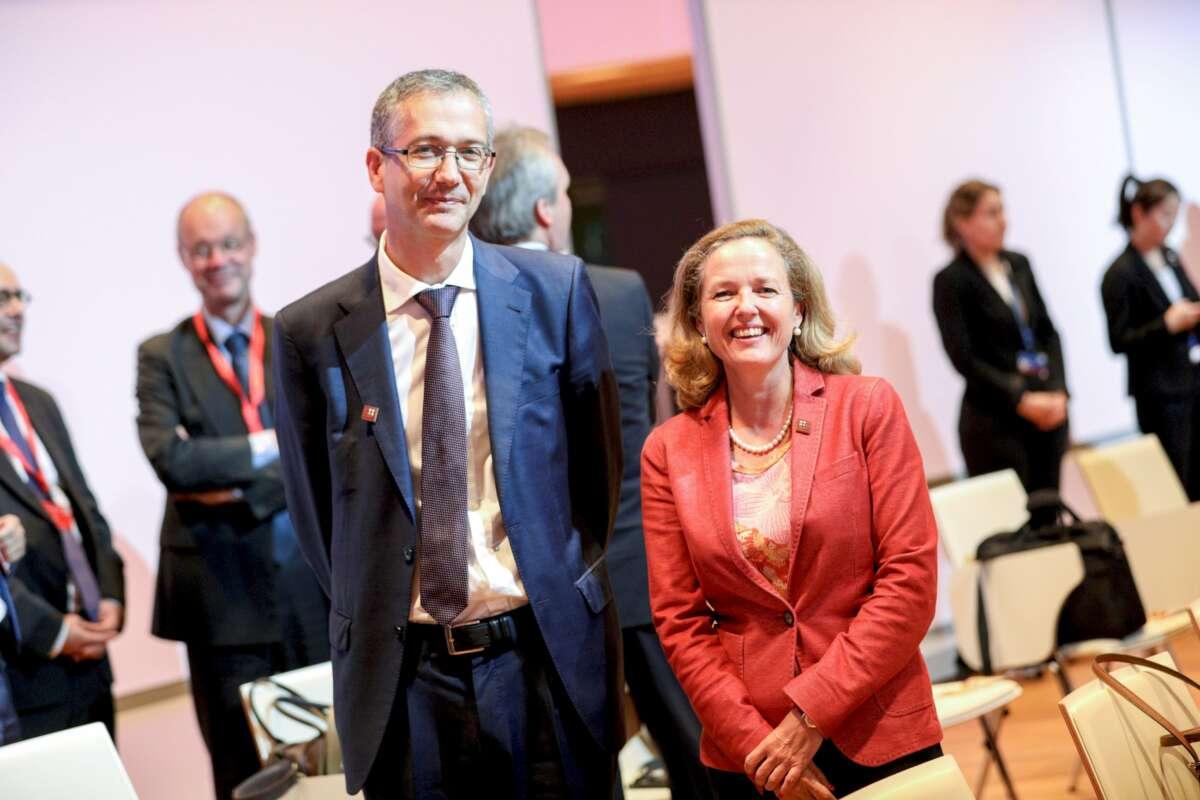 El gobernador del Banco de España, Pablo Hernández de Cos, y la ministra de Economía, Nadia Calviño. EFE