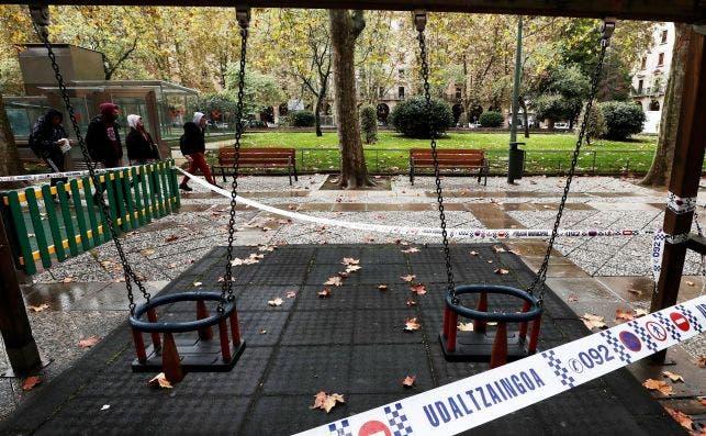 Un parque de Pamplona, Navarra, cerrado por las nuevas medidas contra la Covid-19 decretadas por el Gobierno foral el 13 de octubre de 2020 | EFE/JD