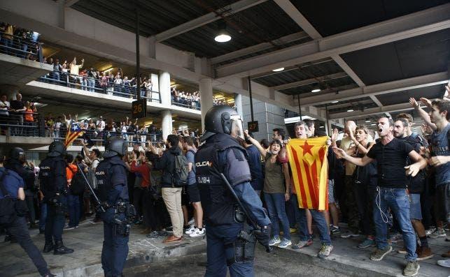 Miembros de la Policía Nacional frente a los manifestantes convocados por Tsunami Democràtic en el aeropuerto de Barcelona el día de la sentencia del 'procés'