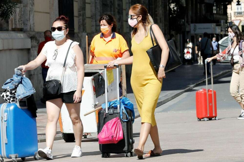 Turistas paseando con maletas