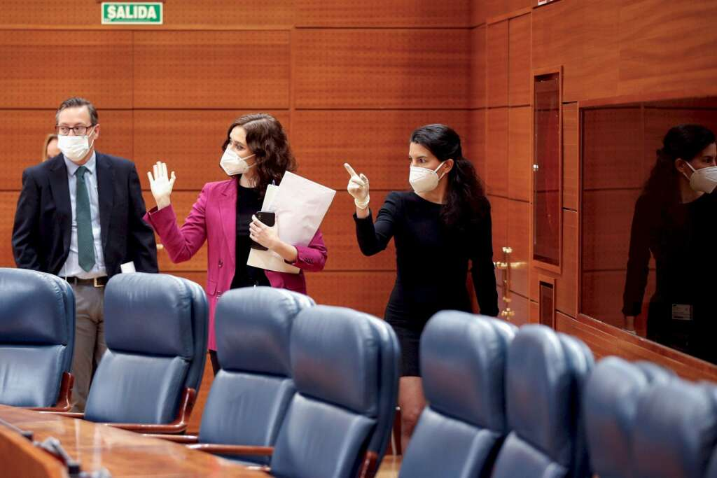 La presidenta de la Comunidad de Madrid, Isabel Díaz Ayuso y la portavoz de Vox, Rocío Monasterio durante la sesión de control al ejecutivo regional en la Asamblea de Madrid. Foto: Efe