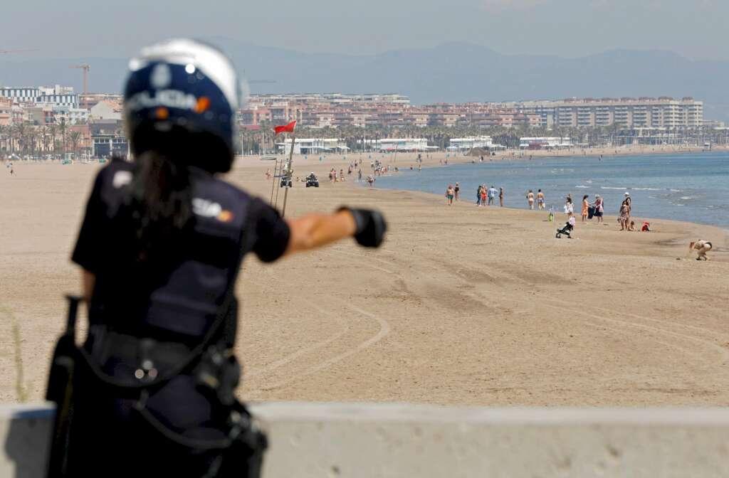 Una agente de la Polícia Nacional que controla el acceso a las playas/ EFE