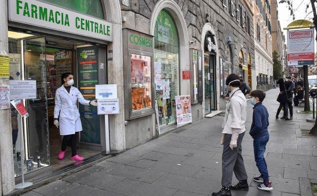 Cola de personas fuera de una farmacia en Roma, el 12 de marzo de 2020, el primer día del cierre casi total en Italia por el coronavirus | EFE/EPA/ADM