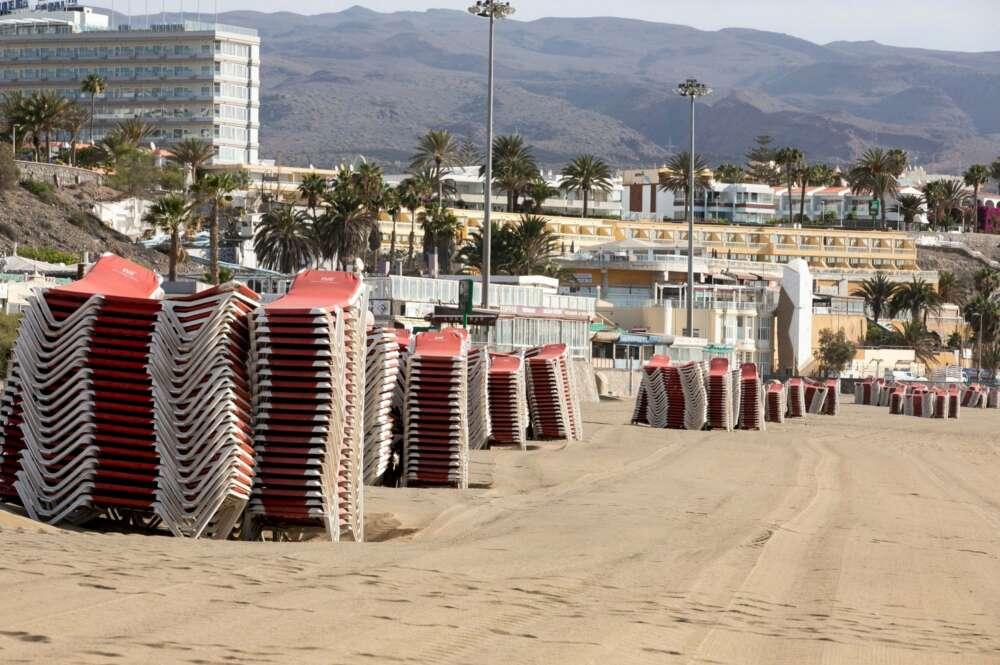 Hamacas recogidas en una playa de una zona turística en las Islas Canarias / EFE