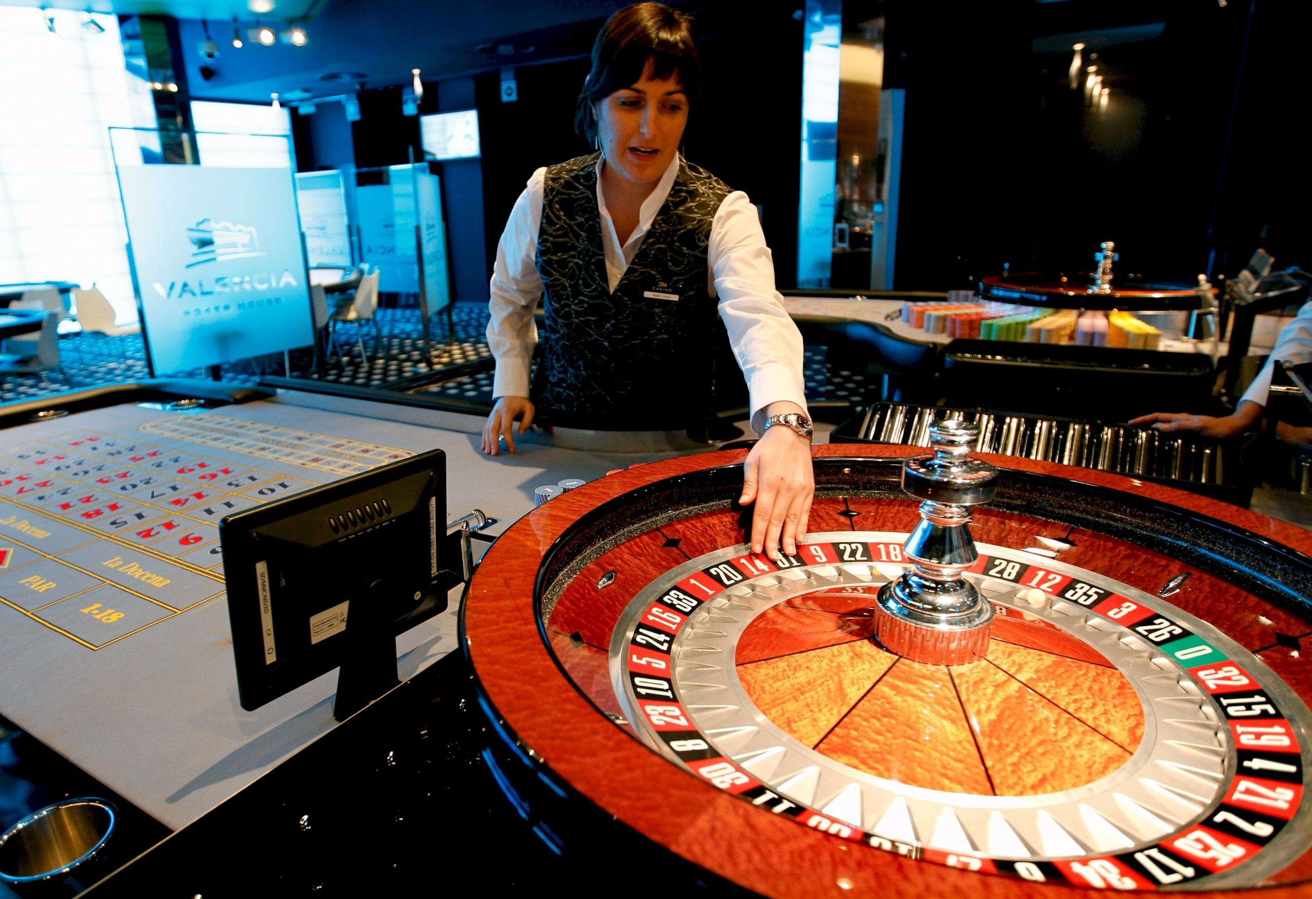 Una crupier prepara las ruletas del casino Cirsa de Valencia. EFE/ Juan Carlos Cárdenas