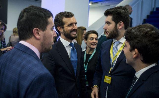 El líder del PP, Pablo Casado, mientras conversa con Carlo Angrisano durante el congreso del PP europeo en Zagreb
