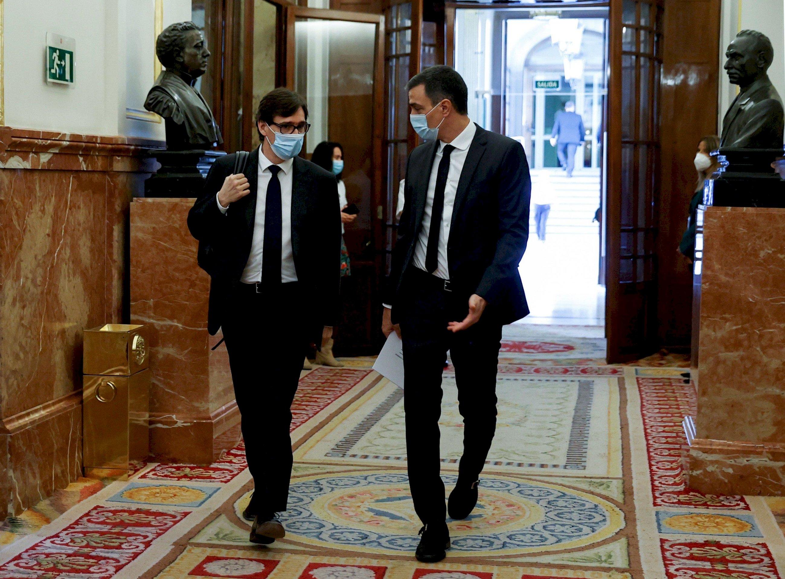 El presidente del Gobierno, Pedro Sánchez, junto al ministro de Sanidad, Salvador Illa, a su llegada al Congreso de los Diputados en 2020 | EFE/Archivo